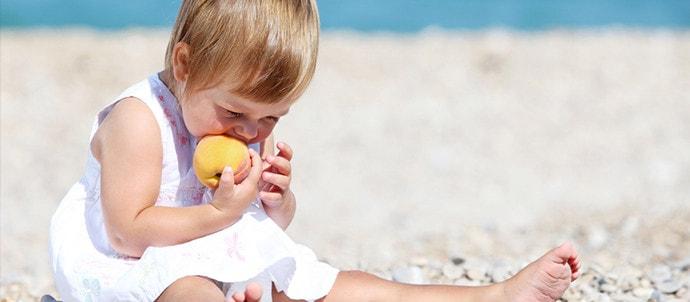 ¿Cómo alimentar tu bebé en la playa?