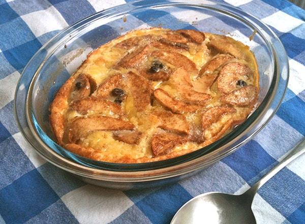Crêpe au four avec pommes et raisins secs