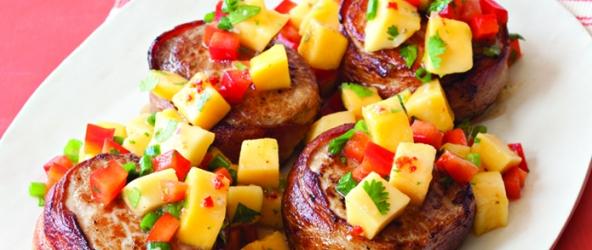 Carne de cerdo envuelta en tocineta con salsa de mango