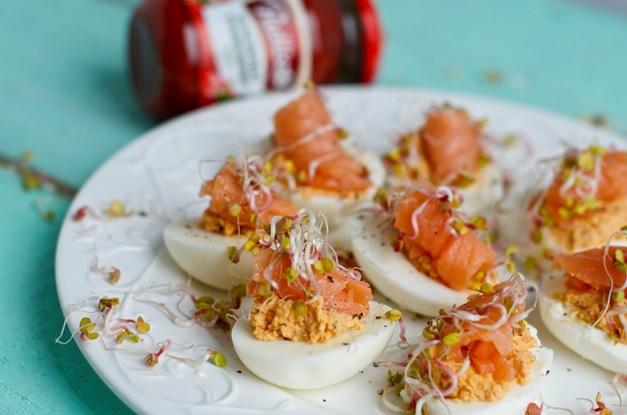 Jajka faszerowane pomidorową pastą z łososiem