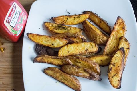 Grillowane ziemniaki z rozmarynem i wędzoną papryką