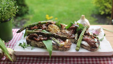 Płatki marynowanej wołowiny z czosnkiem niedźwiedzim i grillowanymi szparagami