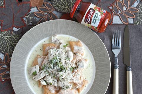 Pomidorowe kopytka w sosie z kurczakiem