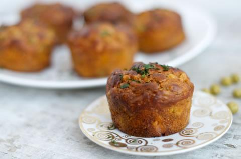 Pomidorowe muffiny z boczkiem i groszkiem zielonym