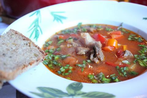 Rozgrzewająca i aromatyczna zupa gulaszowa