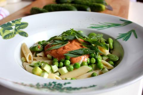 Sałatka makaronowa z letnimi warzywami