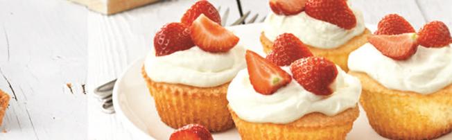 Boerencake muffins met aardbeien en slagroom